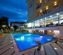 Hotel Cattolica con piscina illuminata di sera