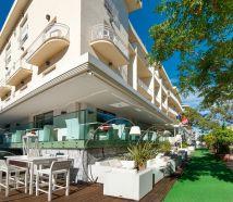 Hotel Lido Cattolica giardino tavoli fuori